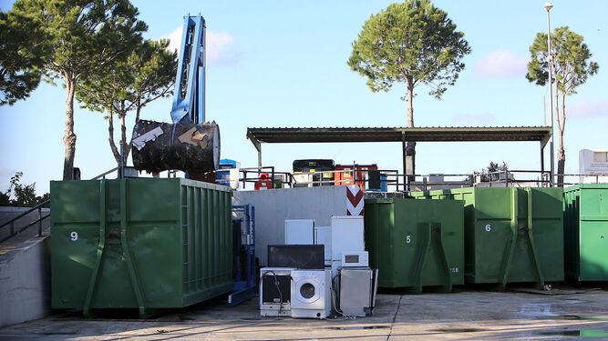 Imagen del punto limpio situado en el polígono de Urbisur donde se realizaron 23.385 descargas de material inservible el pasado año.