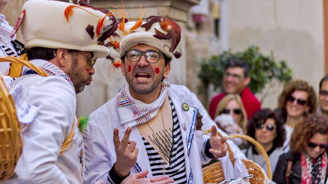 Una chirigotera muestra sus dotes artísticas ante un reducido público en una calle del centro de Cádiz.