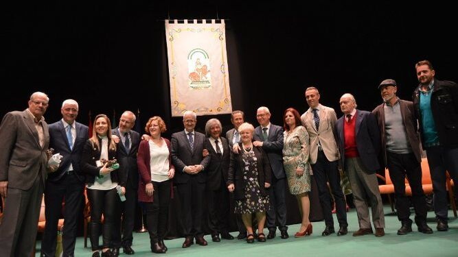 Las autoridades, con el grupo de galardonados con las Banderas de Andalucia 2018, tras finalizar la sesión en el Teatro Moderno de Chiclana de la Frontera.