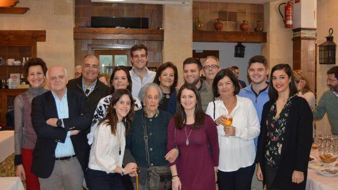 La matriarca, con sus hijos Jesús, Pedro, Mucky y Carmen Oliden, Keka Almagro, Chiqui Aranda, Mamen Maura y todos sus nietos