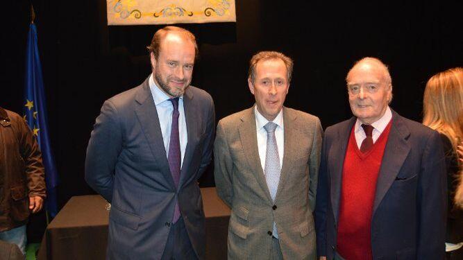 Fernando Mora Figueroa Serra, el alcalde de Chiclana, José María Román y el premiado Fernando Mora-Figueroa Domecq.