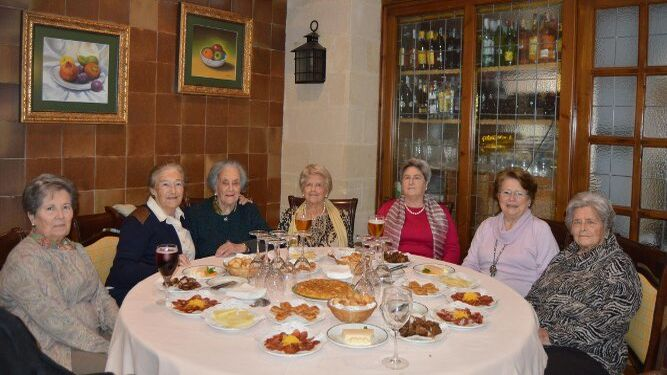 La anfitriona con María Jesús Asencio, Carmela Chacón, Chana y Pilar Wagener, Maruja Rodríguez y María del Carmen Wagener.