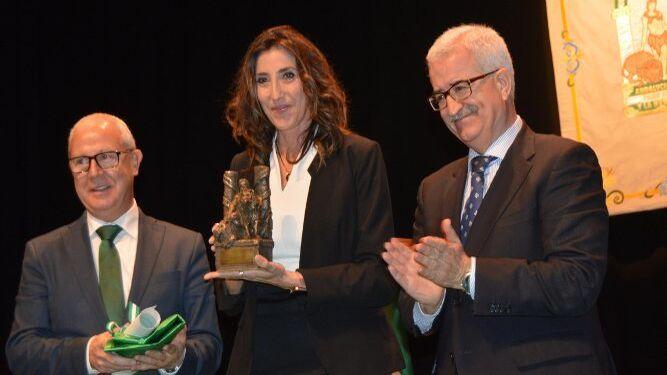La televisiva Paz Padilla recogiendo el premio junto al vicepresidente de la Junta de Andalucía, Manuel Jiménez Barrios.