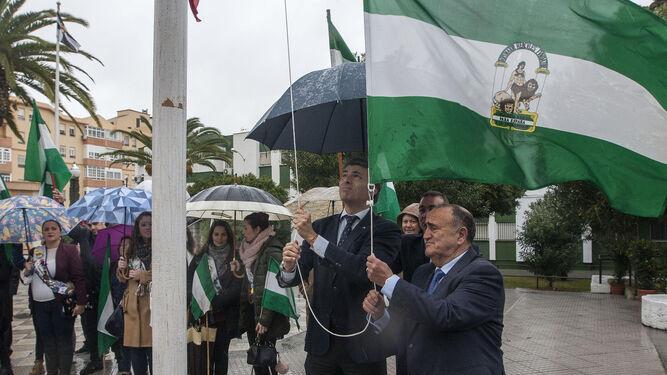 Momento del izado de la bandera verdiblanca, ayer en la barriada Andalucía.