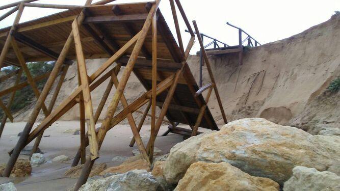 El temporal destroza todos los accesos de las playas de Rota