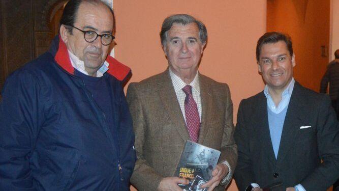 El escritor José María García León  con Carlos Maira y Carlos Núñez, durante la presentación.