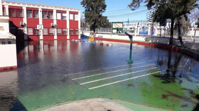Uno de los patios del colegio Vicente Tofiño, completamente inundado.