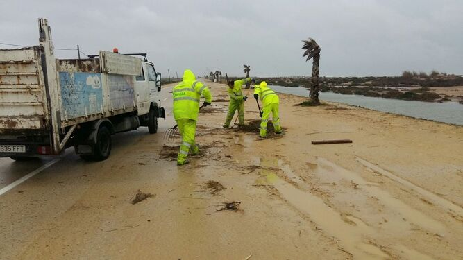 Operarios de los servicios de limpieza, ayer en la playa de Camposoto.