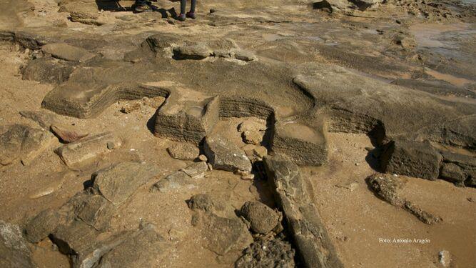 Restos arqueológicos aparecidos en el Tómbolo de Trafalgar, en Barbate.