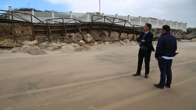 El alcalde de Rota comprueba el estado en el que han quedado las playas de la localidad.