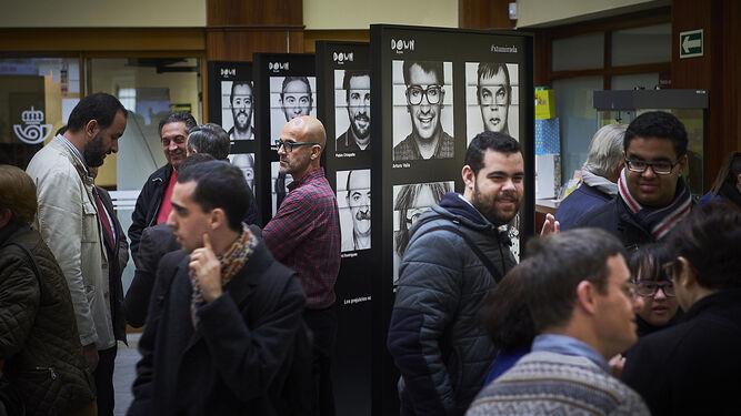 Algunos de los paneles de la exposición, ayer durante la inauguración oficial en el vestíbulo de la oficina principal de Correos de Cádiz.