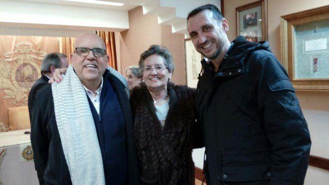 El padre Aquiles López con Dolores Sánchez-Gey y Tatian Giráldez.