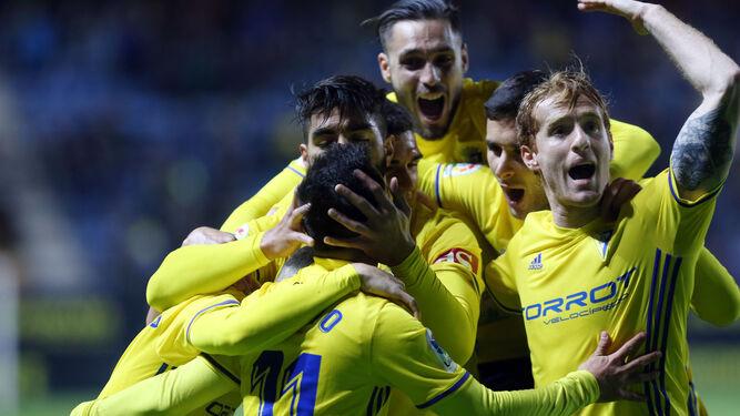 Los jugadores cadistas hacen piña para abrazar a Álvaro García, autor del primer tanto del conjunto amarillo.