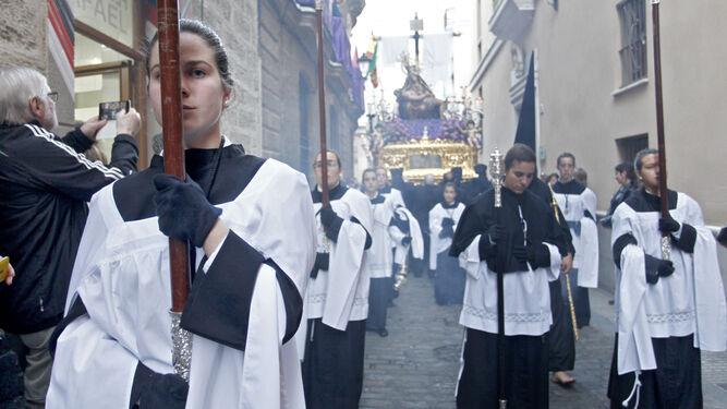 Acólitas delante del paso del Caminito, el pasado Miércoles Santo.