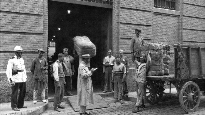 El cargamento de tabaco a su llegada a la puerta principal de la mítica fábrica por la calle Plocia.