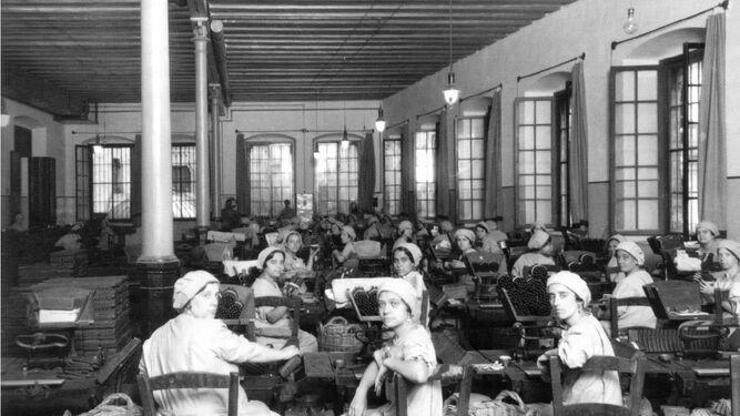Las cigarreras  cuando hacían su trabajo a mano.