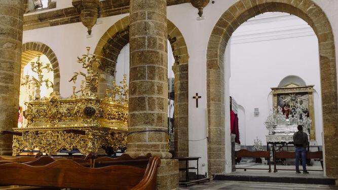 El paso de misterio de Las Aguas, con varios palios y el paso de Soledad de Santo Entierro al fondo, en la tarde de ayer en la parroquia de Santa Cruz.