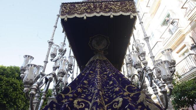 Trasera del palio de la Virgen de las Lágrimas, cuyos bordados completarán las bambalinas este año.
