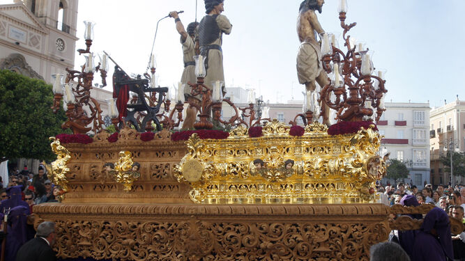 El paso de misterio de Columna, que este año saldrá con el canasto totalmente dorado y con las cartelas de los laterales.