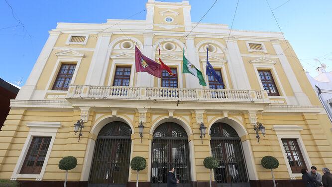 El Ayuntamiento es una de las dependencias municipales en las que ya trabajan los nuevos contratados por el plan de empleo de la Junta de Andalucía.