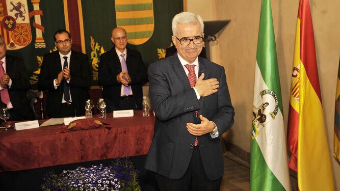 El vicepresidente de la Junta y consejero de la Presidencia, Manuel Jiménez Barrios, recibió ayer la más alta distinción que otorga Bornos.