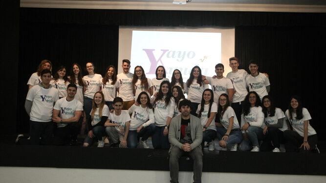 Jorge Acedo, al frente de los 25 alumnos que forman el proyecto YayoAyuda, en el instituto Isla Verde de Algeciras.