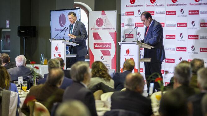 El director de Diario de Cádiz formulando las preguntas del público al invitado de ayer, José Luis Blanco.
