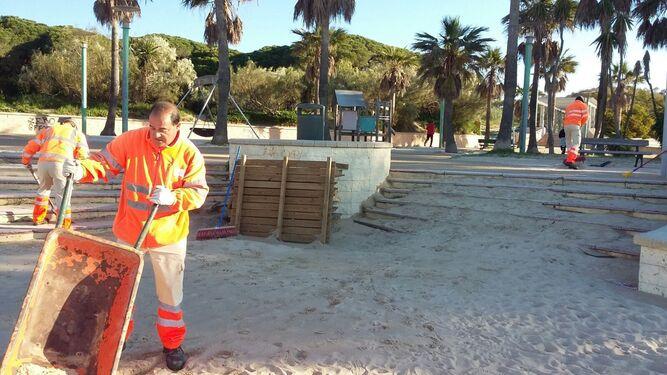 Operarios del servicio de Playas efectúan trabajos en La Puntilla para tratar de normalizar la situación con vistas a la Semana Santa.