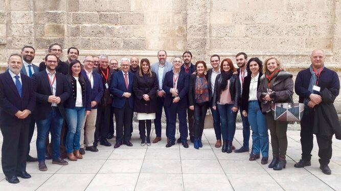 Representantes del PSOE y de colectivos de la comarca del Campo de Gibraltar, junto a Susana Díaz y Jiménez Barrios, ayer en el Parlamento andaluz.