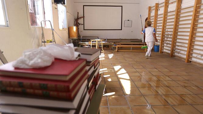 Imagen de archivo de una trabajadora de la limpieza en un colegio.