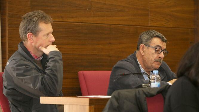 Nicolás Aragón (dcha.), junto a Stefan Schauer, en su nueva ubicación en el pleno tras pasar a concejal no adscrito.