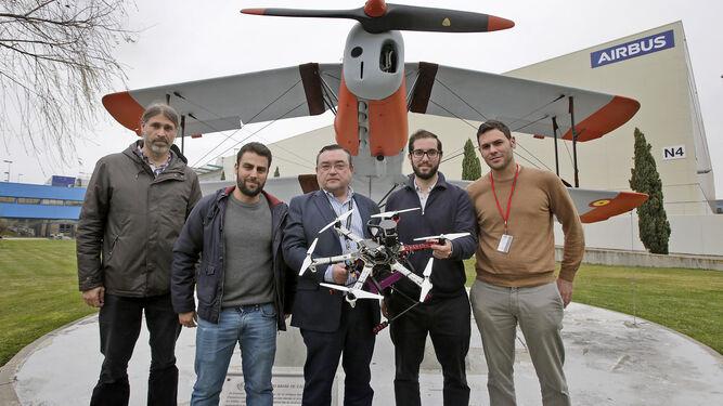 El equipo que ha creado el robot volador, delante del primer avión construido en la fábrica de Puntales.