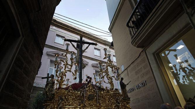 El crucificado de la Vera-Cruz llega a la avenida 4 de diciembre de 1977 desde la calle Rafael de la Viesca.