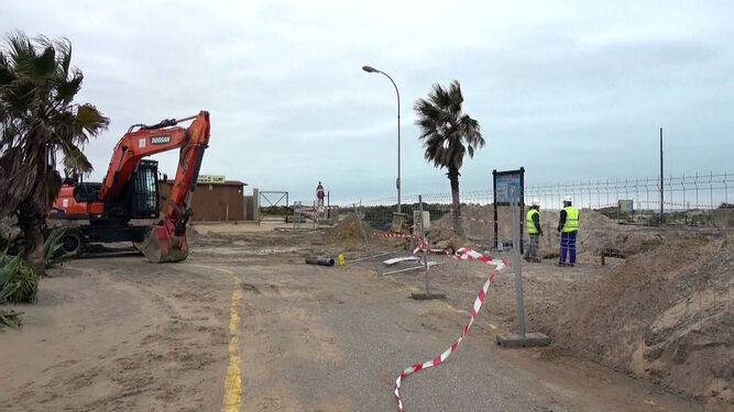 Obras en el acceso 8 de la playa, donde se sustituye la pasarela actual por otra de hormigón.