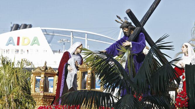 Jesús del Mayor Dolor por San Juan de Dios, con un crucero al fondo.