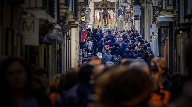 El palio de Lágrimas bajando por una calle Rosario repleta de público.