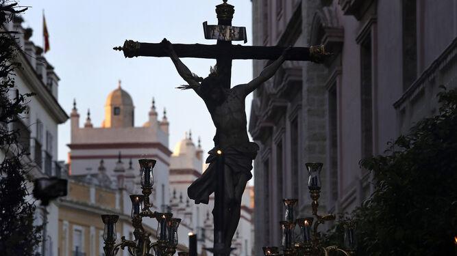 El Santísimo Cristo de la Vera Cruz empieza a atravesar la avenida 4 de Diciembre de 1977, lo que constituía una de las grandes novedades del día.