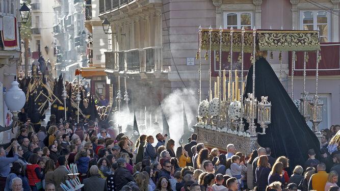 El palio de la Virgen de la Salud enfila hacia Pelota después de ser la primera cofradía en entrar en la nueva carrera oficial.