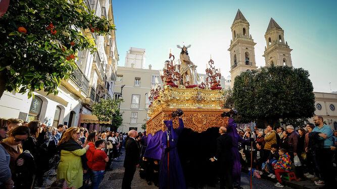 El paso de misterio de Columna avanza por San Antonio poco después de abandonar su templo.