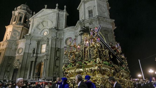 Afligidos, delante de la Catedral.