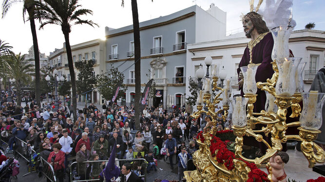 La imponente imagen de Jesús de la Sentencia sobre su paso en la plaza de San Juan de Dios.