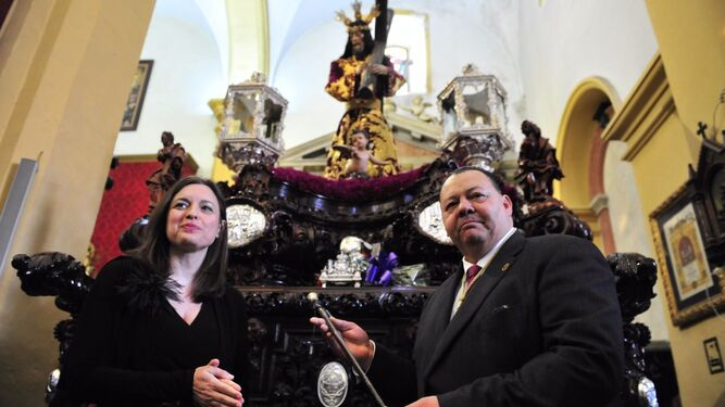 La alcaldesa, Patricia Cavada, entrega al hermano mayor de la cofradía, Miguel Ángel Cruceira, el bastón para el Regidor Perpetuo.