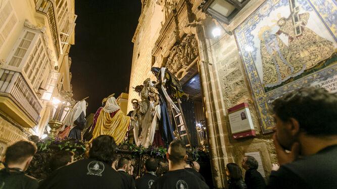 El imponente paso del Descendimiento saliendo de San Lorenzo.
