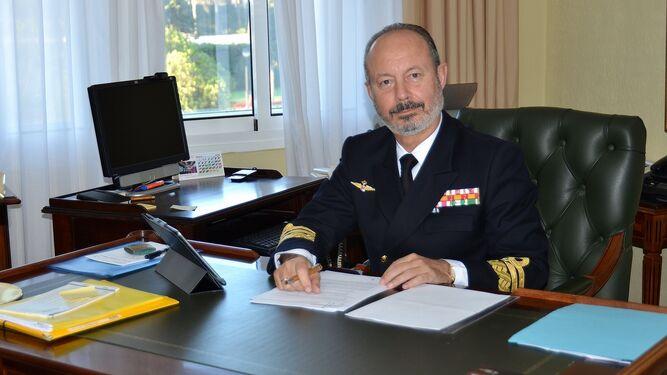 El Almirante jefe del Arsenal de Cádiz en su despacho de la Base Naval de Rota.