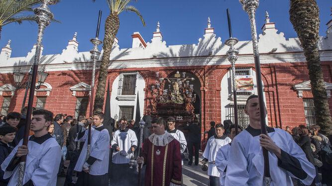 El Cristo de la Sangre sale de la capilla de los Desamparados precedido de su cuerpo de acólitos.