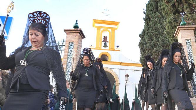 Difícil salida para las mujeres de mantilla por la rampa del Santo Cristo.