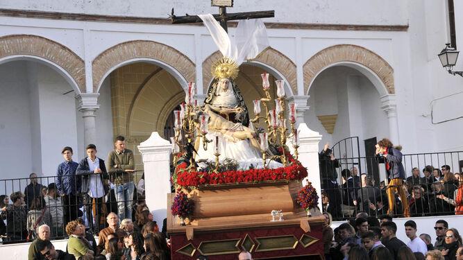 La Hermandad del Dulce Nombre saliendo el Viernes Santo desde la parroquia de San Francisco.