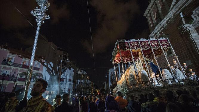 Sale el paso de palio de María Santísima de los Dolores de la Iglesia Mayor.
