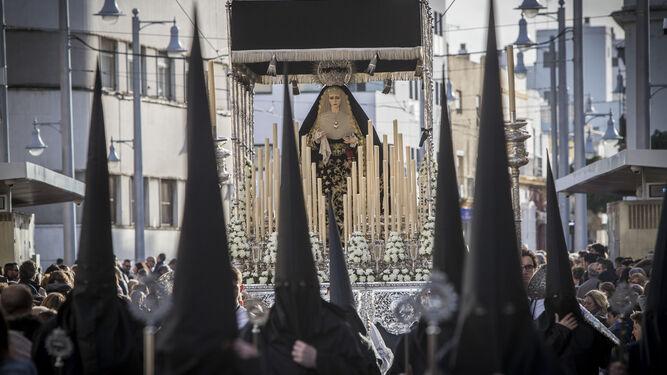 El paso de palio de María Santísima del Mayor Dolor en su Soledad enfila la calle Real tras dejar atrás la iglesia conventual del Carmen.