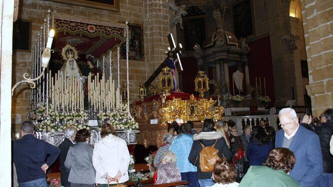 Los fieles orando ante María Santísima de los Dolores y Nuestro Padre Jesús Nazareno en la Basílica Menor de Nuestra Señora de los Milagros, durante la mañana del Viernes Santo.